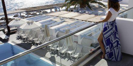 Utsikt på balkong i dubbelrum på hotell Poseidon Beach i Kamari på Santorini.