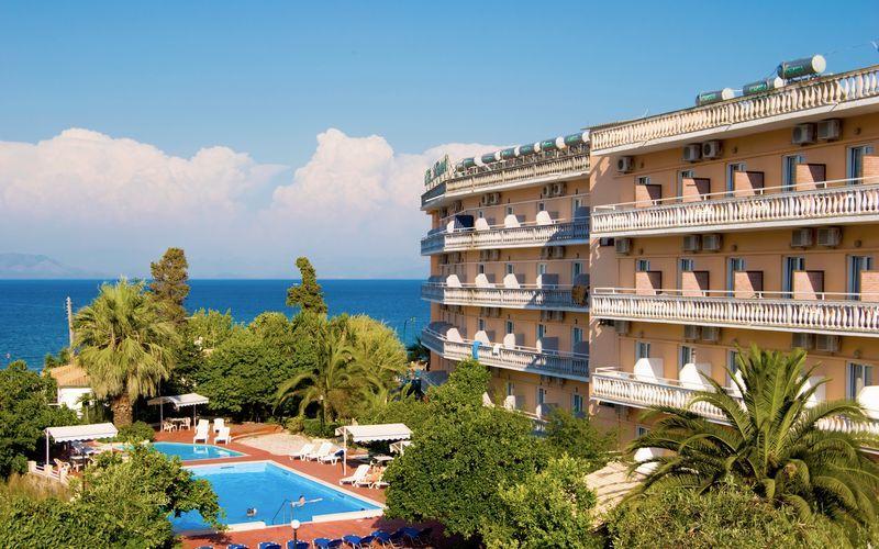 Hotell Potamaki Beach i Benitses på Korfu, Grekland.