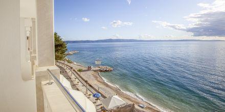 Utsikt från en av tvårumslägenheterna i etage på hotell Primordia i Podgora, Makarska Rivieran, Kroatien.
