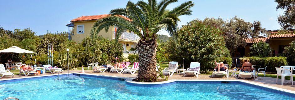 Poolområde på hotell Princess House på Skiathos, Grekland.
