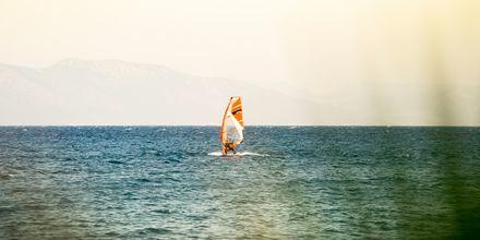 Testa på windsurfing i Psalidi på Kos, Grekland.