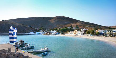Pserimos i Grekland, med stranden Avlakia Beach mitt i staden.