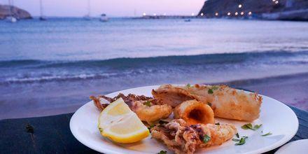 Middag med utsikt över havet i Pserimos, Grekland.