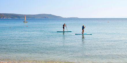 Prova på en vattensport som till exempel SUP, stand up paddle board.