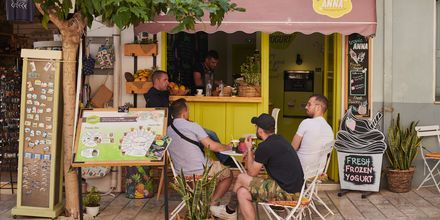 Mysigt café i Pythagorion på Samos, Grekland.