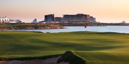Golfbana nära hotell Radisson Blu Yas Island i Abu Dhabi.
