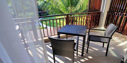 Deluxerum på hotell Ramada Resort Khao Lak i Thailand.