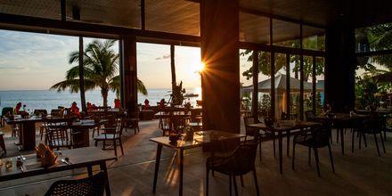 Huvudrestaurangen Sassi's Beach Club på hotell Ramada Resort Khao Lak i Thailand.