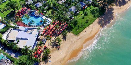 Stranden vid hotell Ramada Resort Khao Lak i Thailand.