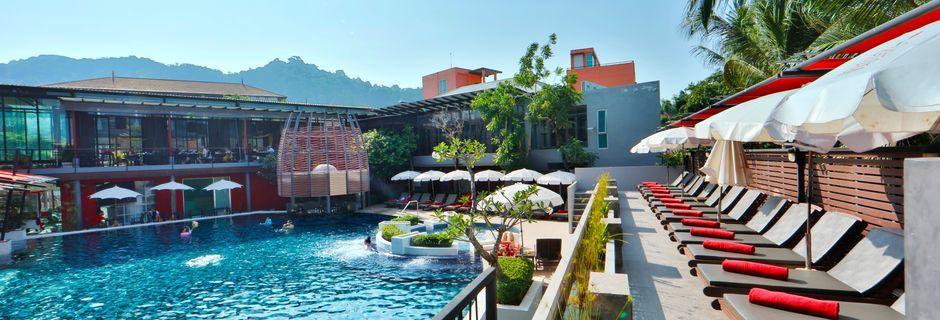 Solterrass och pool på Red Ginger Chic Resort på Krabi, Thailand.