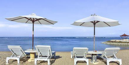 Stranden vid Respati Beach i Sanur på Bali, Indonesien.