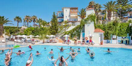 Vattengymnastik i poolen på hotell Rethymno Mare Resort, Grekland.