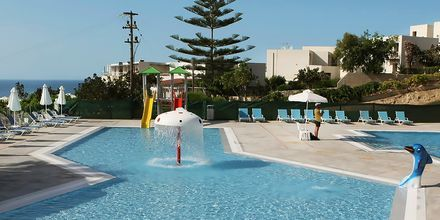 Pool med vattenrutschkanor på hotell Rethymno Mare Resort, Grekland.