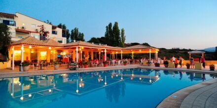 Poolområdet/kinesiska restaurangen på hotell Rethymno Mare Resort, Grekland.