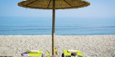 Stranden vid hotell Rethymno Palace i Rethymnon på Kreta, Grekland.
