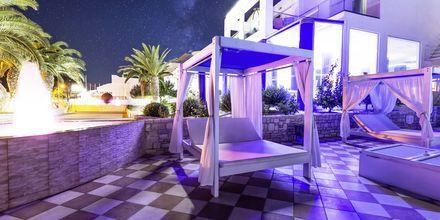 Poolområde på Pool på hotell Rethymno Residence vid Rethymnon kust på Kreta, Grekland.