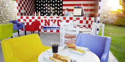 Snackbaren NYC Burger på hotell Rethymno Residence vid Rethymnon kust på Kreta, Grekland.