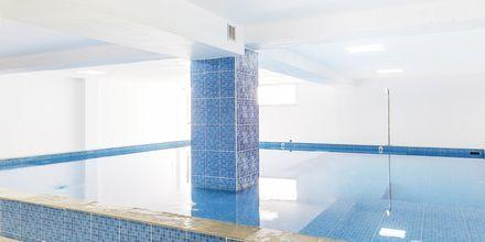 Inomhuspool på hotell Rethymno Residence vid Rethymnon kust på Kreta, Grekland.
