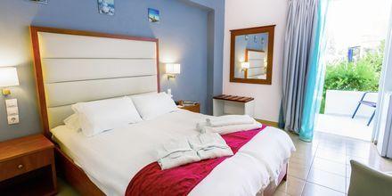 Dubbelrum på hotell Rethymno Residence vid Rethymnon kust på Kreta, Grekland.