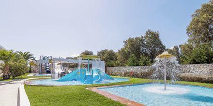 Barnpool på hotell Rethymno Residence vid Rethymnon kust på Kreta, Grekland.