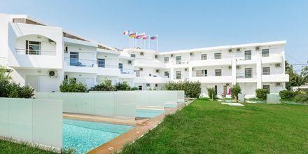 Juniorsvit med uteplats med privat pool på hotell Rethymno Residence vid Rethymnon kust på Kreta, Grekland.