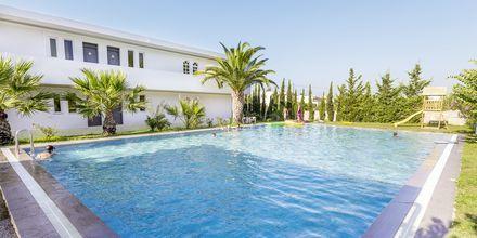 Pool på hotell Rethymno Residence vid Rethymnon kust på Kreta, Grekland.