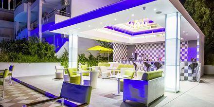 Poolbar på hotell Rethymno Residence vid Rethymnon kust på Kreta, Grekland.