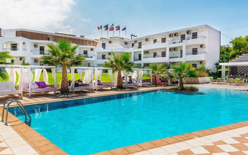 Poolområde på hotell Rethymno Residence vid Rethymnon kust på Kreta, Grekland.