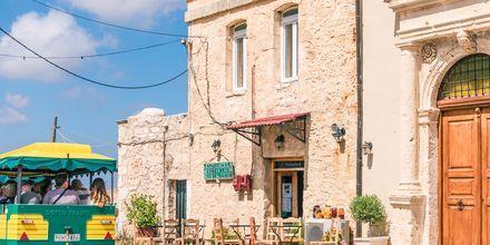 Nära klostret ligger den mysiga byn Amnatos.
