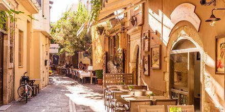 Slå dig ner vid en café i Rethymnon stad.