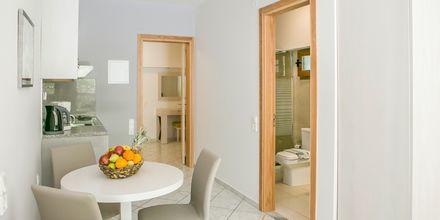 Tvårumslägenhet i nedsänkt plan på hotell Rezi på Parga, Grekland.