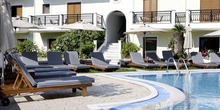 Poolområde på hotell Rezi på Parga, Grekland.