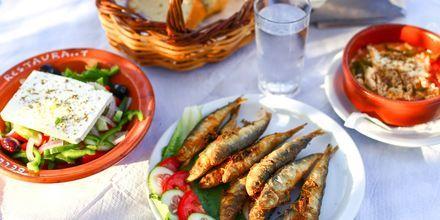 En av kvällarna bjuder på grekisk afton med lokal mat och underhållning.