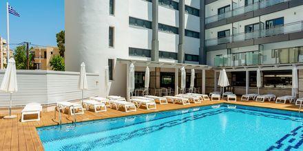 Poolområdet på hotell Rhodos Horizon City.