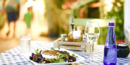 Njut av den goda grekiska maten.