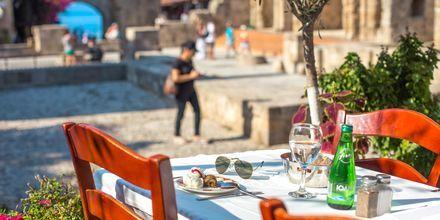 Gamla delen av Rhodos stad med mysiga caféer och restauranger.