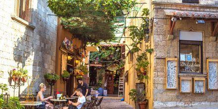 I Rhodos gamla del finns gott om restauranger och shoppingmöjligheter.