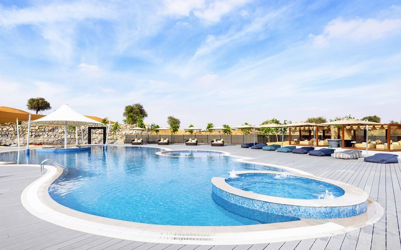 Poolområde på hotell Ritz-Carlton Al Wadi Desert, Ras al Khaimah.