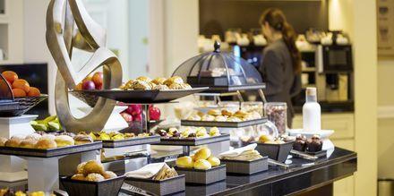 Frukost, lunch och andra lättare rätter serveras dagligen i loungen.