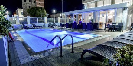 Poolen på hotell Riviera i Rhodos stad, Grekland.