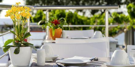 Njut av härliga morgnar på RK Beach Hotel, Kamari, Santorini.