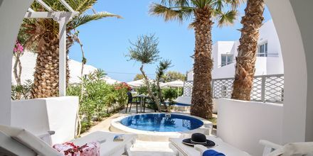 Deluxerum med egen jacuzzi på RK Beach Hotel, Kamari, Santorini.