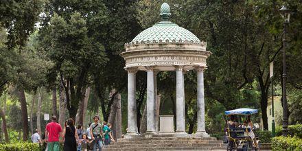 I parken Villa Borghese väntar grönska, fina statyer och monument.