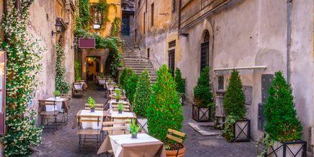 Mysiga gränder och undangömda restauranger finns det gott om i Rom, Italien.