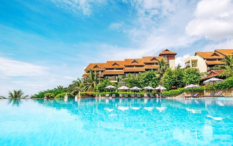 Poolområdet på hotell Romana Beach Resort i Phan Thiet, Vietnam.