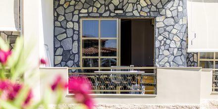 Enrumslägenhet med markbalkong i strand-/poolbyggnad på hotell Rose i Kato Stalos på Kreta.