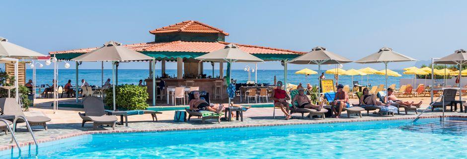 Poolområdet på hotell Rose i Kato Stalos på Kreta.