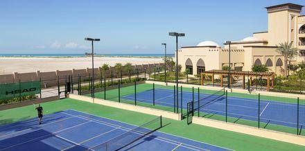 Tennisbana på hotell Saadiyat Rotana Resort & Villas i Abu Dhabi, Förenade Arabemiraten.