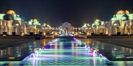 På kvällen lyses torget upp i vackra färger.