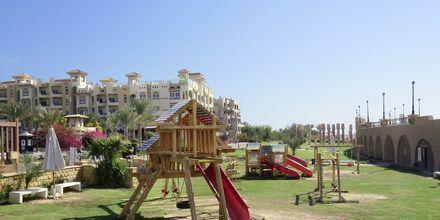 Lekplats längs strandpromenaden.